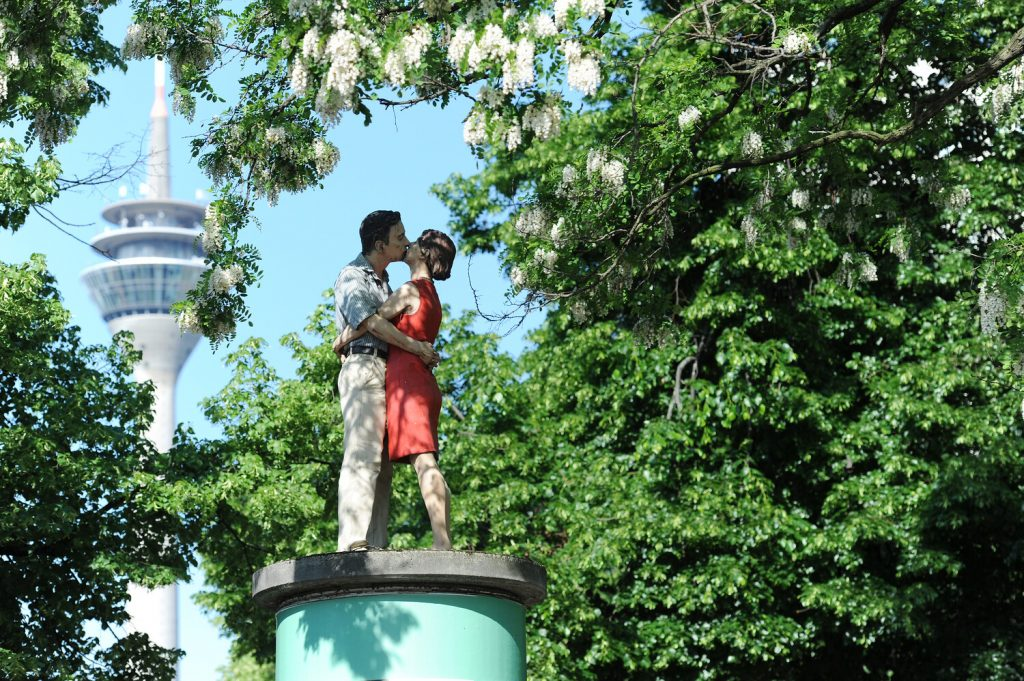 Kussend paar in Duesseldorf
