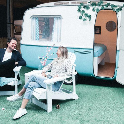Een van de gerenoveerde vintage caravans die te reserveren is